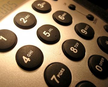 הטלפון - הפנייה הישירה חיה ובועטת